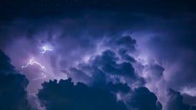 Rayo en nube de tormenta oscura Fotos de archivo libres de regalías