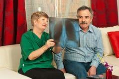 Rayon X d'exposition de docteur à l'homme aîné Photos stock