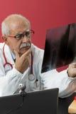 Rayon X de examen de docteur Images stock