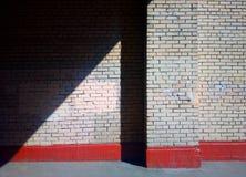 Rayon de lumière diagonal sur le fond de mur de ville photo libre de droits
