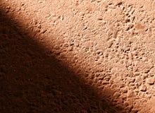 Rayon de lumière diagonal sur le fond de texture d'asphalte image libre de droits