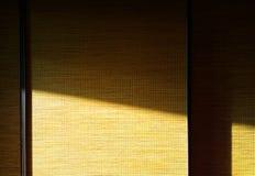 Rayon de lumière diagonal tombant sur le hd de fond d'objet de garde-robe photographie stock libre de droits