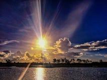 Rayon de soleil de coucher du soleil au-dessus de la rivière dans les marais de la Floride Everglad image stock