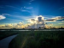 Rayon de soleil de coucher du soleil au-dessus de la rivière dans les marais de la Floride Everglad photographie stock