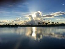 Rayon de soleil de coucher du soleil au-dessus de la rivière dans les marais de la Floride Everglad photos stock