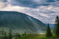 Rayon de soleil de matin dans les montagnes vertes Photo libre de droits