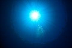 Rayon de soleil et bulles sur la surface d'océan Image libre de droits