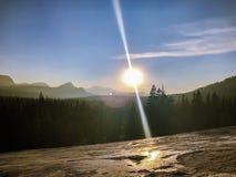 Rayon de soleil de ligne droite dans le coucher du soleil au-dessus du parc de Yosemite photographie stock
