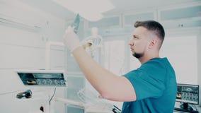 Rayon X des dents dans les mains du dentiste masculin banque de vidéos