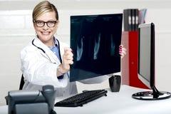 Rayon X femelle expérimenté de fixation de médecin image libre de droits