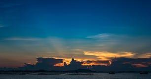 Rayon gentil du soleil en ciel crépusculaire en mer avec l'île de SI Chang photographie stock libre de droits
