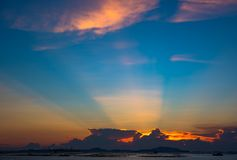 Rayon gentil du soleil en ciel crépusculaire en mer avec l'île de SI Chang photographie stock