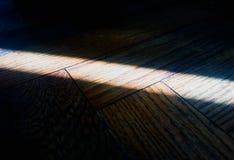 Rayon léger diagonal sur le fond de texture de plancher photo stock