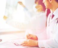 Rayon X l'explorant de médecin et d'infirmière image stock