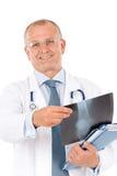 Rayon X mâle de prise de docteur aîné mûr Images stock