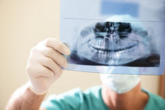 Rayon X de examen de dentiste Photos stock
