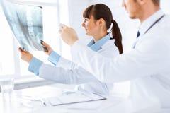 Rayon X l'explorant de médecin et d'infirmière Photos stock