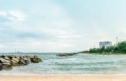 Rayong泰国岩石海滩的风景  免版税图库摄影