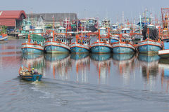 RAYONG泰国- 4月12 :接近在r的地方渔场小船 免版税库存图片