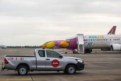 Rayong,泰国- 2017年11月20日:Nok有亚洲航空汽车的空气飞机在U-Tapao国际机场 免版税库存图片