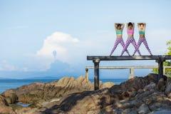RAYONG ТАИЛАНД - MAY2,2018: женщина 3 азиатов играя йогу дальше Стоковое Изображение RF