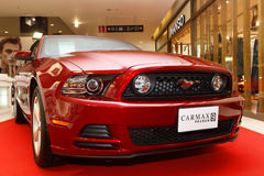 RAYONG, TAILÂNDIA - OS 13-18 DE FEVEREIRO: O carro de Ford Mustang indica sobre a Fotografia de Stock Royalty Free
