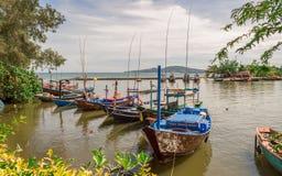 RAYONG, THAÏLANDE - 26 novembre 2017 : Les bateaux de pêche du rayong interdisent la communauté de phe garée Image stock