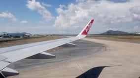 Rayong, Thailand - 29 April 2019 - een AirAsia-vliegtuig taxi?t op een luchthavenbaan Thai AirAsia heeft 6 regionale hubs in de t stock video