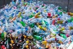 Rayong, 13 Thailand-Augustus, 2016: De plastic flessen van de close-upmening Stock Afbeelding