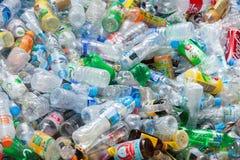 Rayong, 13 Thailand-Augustus, 2016: De plastic flessen van de close-upmening Stock Fotografie