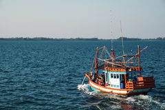 RAYONG, THAILAND - 2 JAN - Unidentified fishing boat with unidentified traveler passengers boating on ocean in Rayong, Thailand Royalty Free Stock Photos
