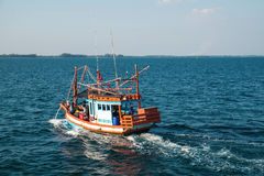 RAYONG THAILAND - 2 JANUARI - oidentifierad fiskebåt med oidentifierad handelsresandepassagerarerodd på havet i Rayong, Thailand Arkivbilder