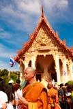 RAYONG, THAILAND - JUNI 29; Niet geïdentificeerde nieuwe Boeddhistische monnik binnen Stock Afbeelding