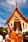 RAYONG THAILAND - JUNI 29; Oidentifierad ny buddistisk munk in Fotografering för Bildbyråer