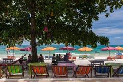 RAYONG, THAILAND - 13. Mai 2014: Touristen entspannen sich auf dem Strand an K Stockfotos