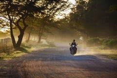 RAYONG THAILAND - 8,2014 NOV.: dorpsbewoner berijdende motorfiets op bea Stock Foto