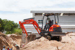 Rayong Thailand - 9. September 2014: Arbeitskraft, die Bagger zum placin fährt Lizenzfreies Stockbild