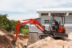 Rayong Thailand - 9. September 2014: Arbeitskraft, die Bagger zum placin fährt Lizenzfreies Stockfoto