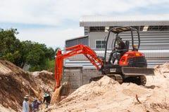 Rayong Thailand - 9. September 2014: Arbeitskraft, die Bagger zum placin fährt Lizenzfreie Stockbilder