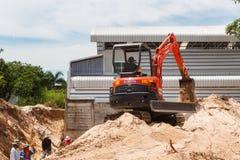 Rayong Thailand - 9. September 2014: Arbeitskraft, die Bagger zum placin fährt Lizenzfreie Stockfotos