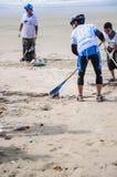Rayong, Thailand: 15 september 2012. Het niet geïdentificeerde Mensen schoonmaken Stock Foto's