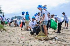 Rayong, Thailand: 15 september 2012. Het niet geïdentificeerde Mensen schoonmaken Stock Afbeelding