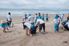 Rayong, Thailand: 15 september 2012. Het niet geïdentificeerde Mensen schoonmaken Royalty-vrije Stock Afbeelding
