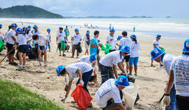 Rayong, Thailand: Am 15. September 2012. Nicht identifiziertes Leutesäubern Lizenzfreies Stockfoto