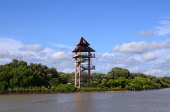 Rayong, Thailand-Standpunktturm beim Phra Chedi Klang Nam Mangrove Ecology Learning Center stockfoto