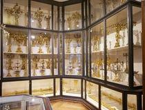 Rayonnage avec le goldware, qui a été employé par les empereurs du Habsbourg dans la collection argentée impériale dans le Hofbur photographie stock libre de droits