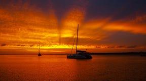 Rayons au crépuscule - coucher du soleil. image libre de droits