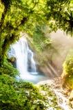 Rayons au-dessus de la cascade à écriture ligne par ligne photographie stock libre de droits