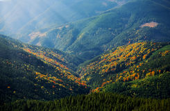 Rayons au-dessus des montagnes Image stock