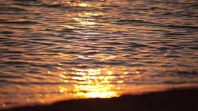 Rayons d'arc-en-ciel de réflexion du coucher de soleil dans la vague banque de vidéos
